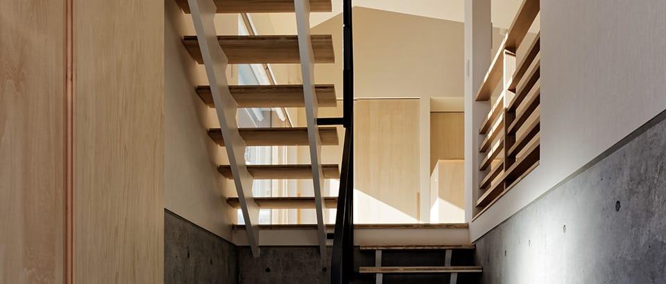 段差を繋ぐ家:階段