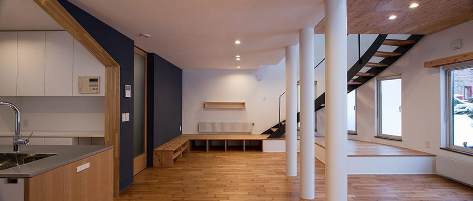 四分円階段が繋ぐ家:リビング