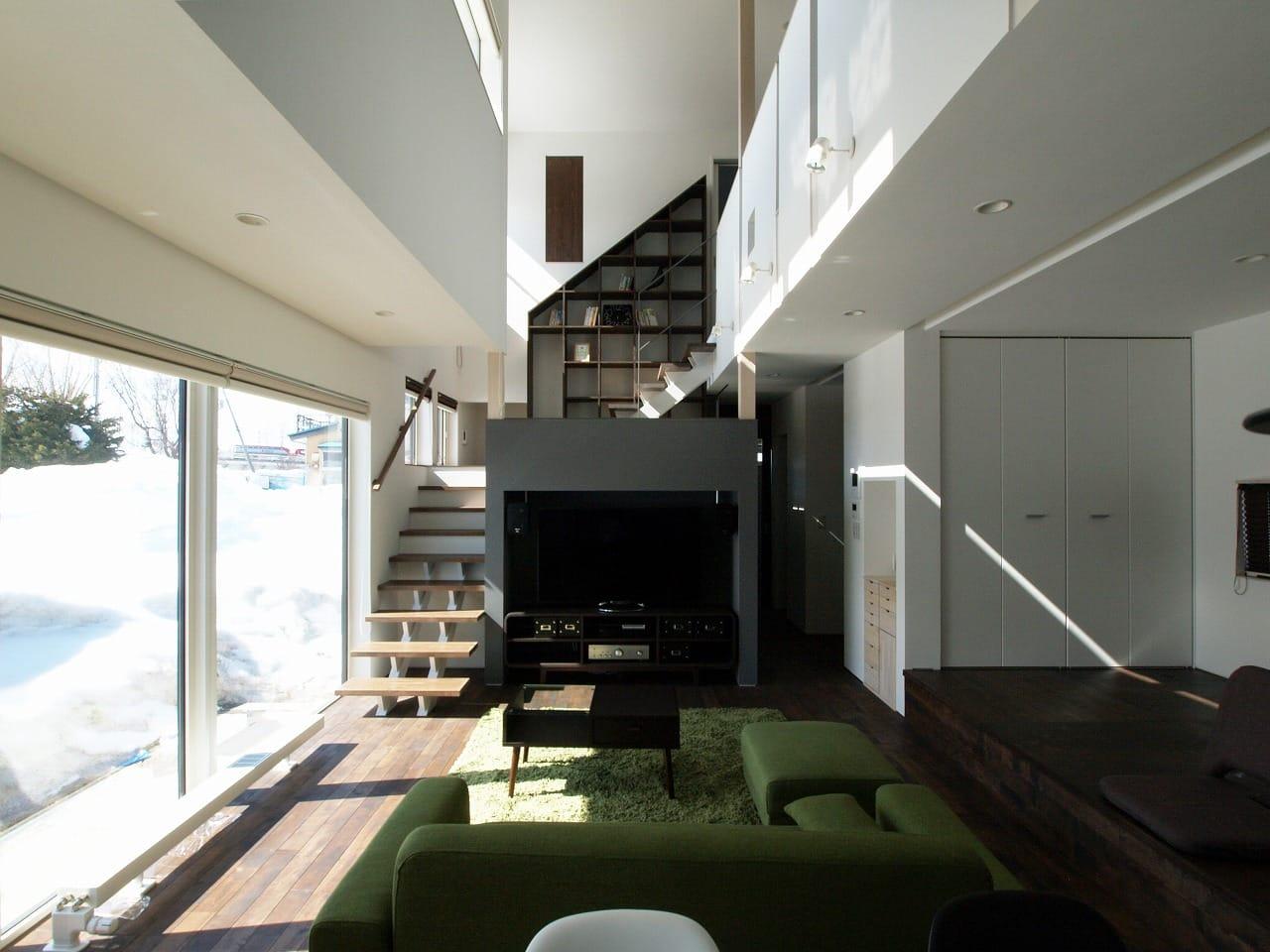 Photolog 004 中二階が繋ぐ家 リビングからの見上げ