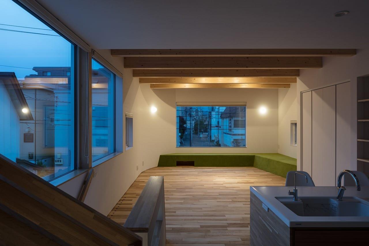 T字路の家 富谷洋介建築設計 夜のリビング