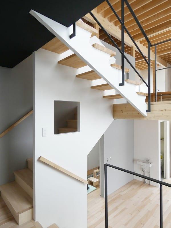 手稲区のスキップフロアの住宅 階段 富谷洋介建築設計