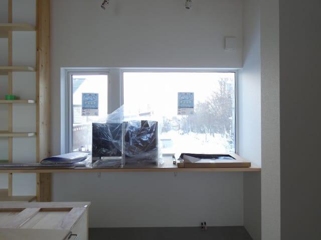 富谷洋介建築設計の手稲のスキップフロアの住宅キッチンの窓