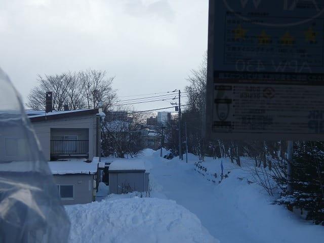 富谷洋介建築設計の手稲のスキップフロアの住宅窓