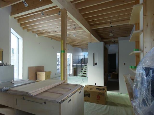 富谷洋介建築設計の手稲のスキップフロアの住宅LDK