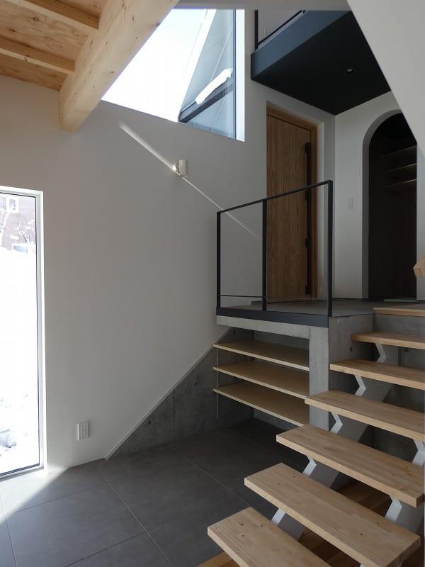 手稲区のスキップフロアの住宅 玄関 富谷洋介建築設計