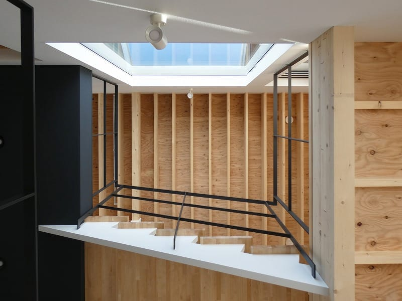 手稲区のスキップフロアの住宅 吹き抜け見上 富谷洋介建築設計