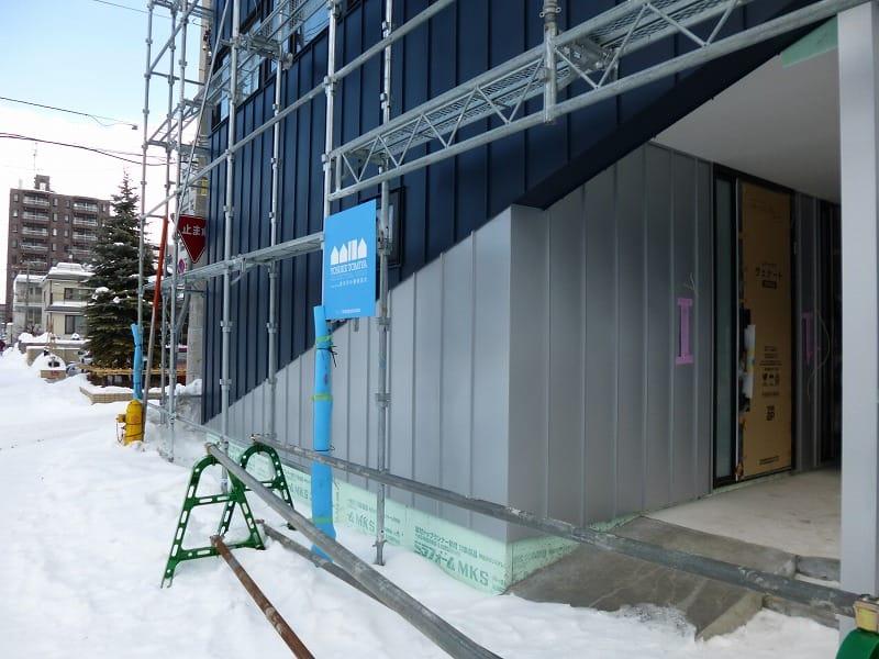 外壁の質感が現れ、内部仕上げ工事が進んでいます【札幌市中央区の二世帯住宅】