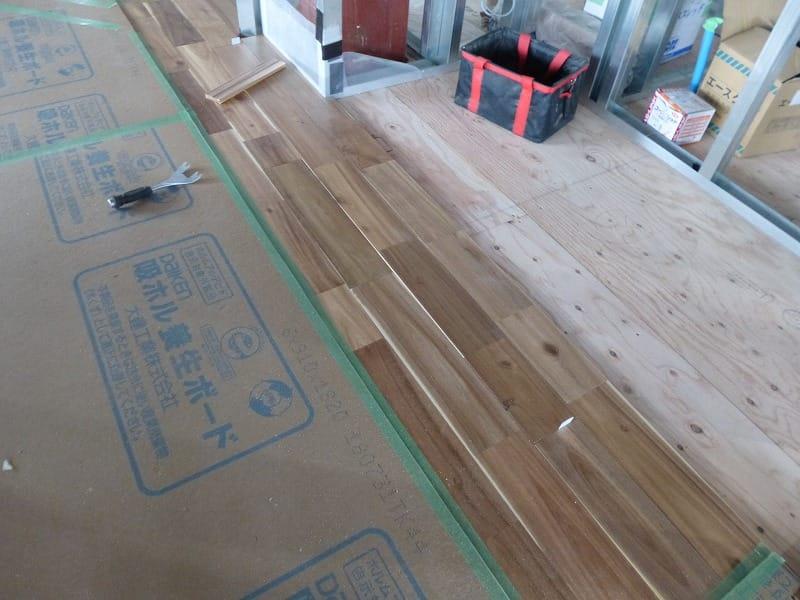 無垢フローリングが張られ、間仕切り壁が施工されています【札幌市西区のリノベーション】