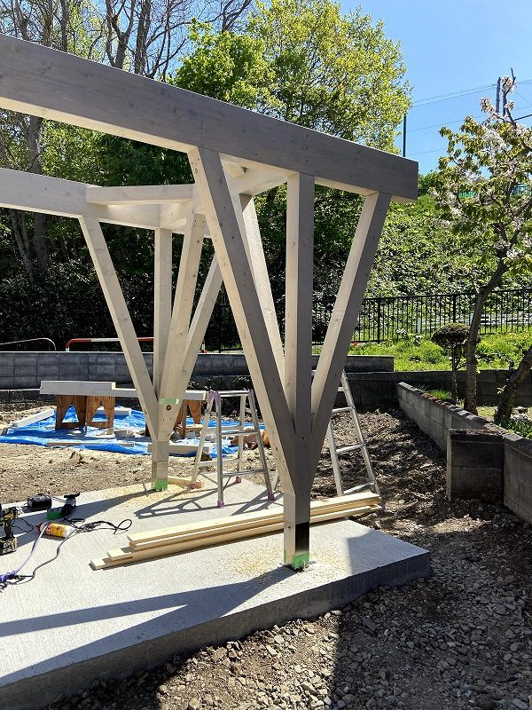 東屋の木立状の柱/富谷洋介建築設計